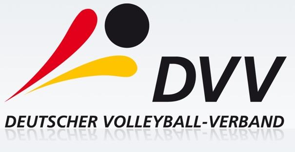 """Auf dem Bild ist einmal der Schriftzug """"DVV"""" und """"Deutscher Volleyball-Verband"""" zu sehen. Dazu kommt eine Zeichnung in Schwarz, rot und gold"""