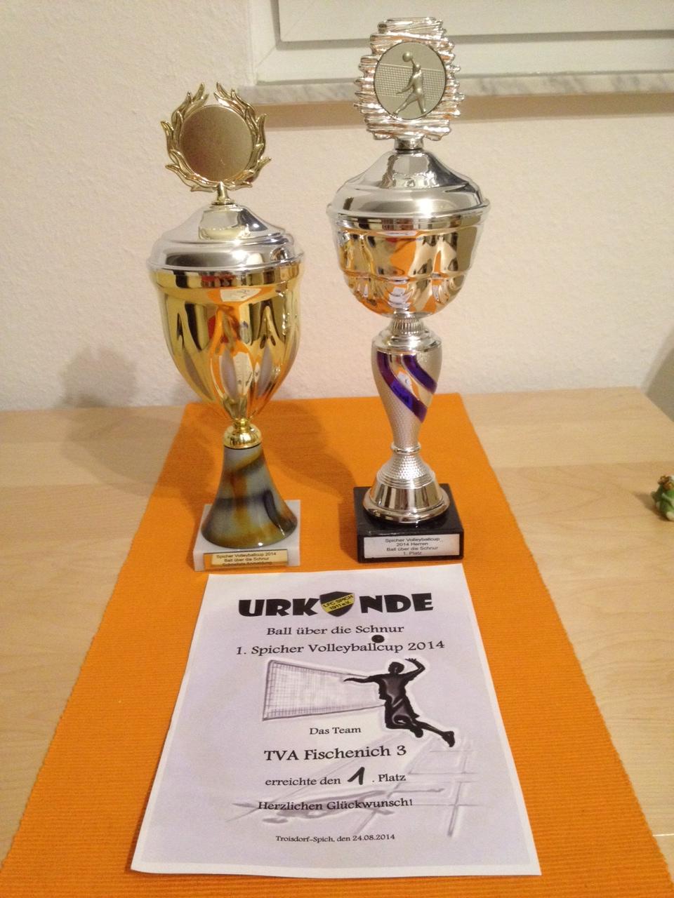 """Das Bild zeigt die Pokale und die Urkunde vom Spicher Vorbereitungsturnier """"Ball über die Schnur"""""""
