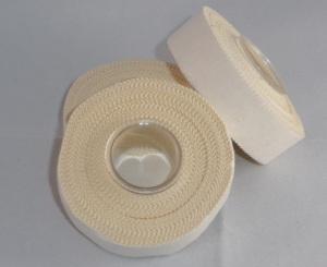 Das Bild zeigt 3 Rollen weißes Tape. Dies wird beim Volleball zum Schutz der Fingergelenke verwendet.