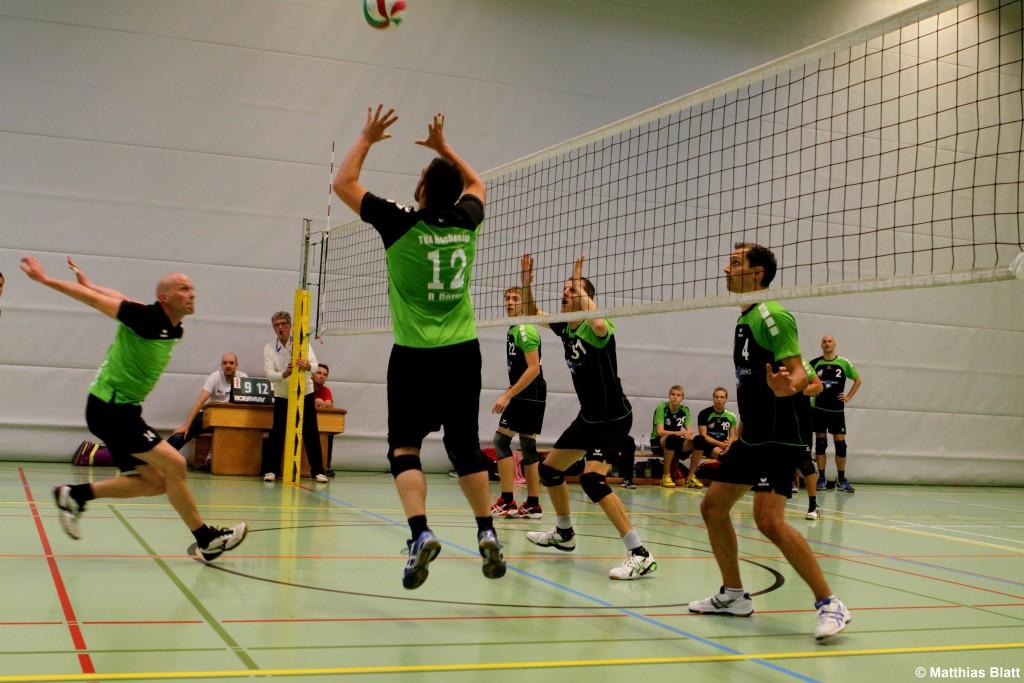 Das Bild zeigt einen Läufer beim Zuspiel in einem Volleyballspiel.