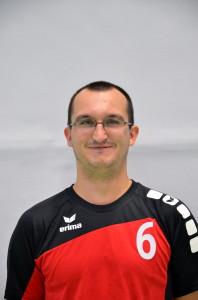 Auf dem Bild sieht man den Volleyballfreak als Spieler im schwarz roten Trikot mit der Nummer 6