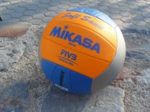 Das Bild zeigt den Mikasa Beachvolleyball Soft Sand VXS02.