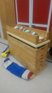 Das Bild zeigt einen Sprungkasten als improvisierter Ballwagen