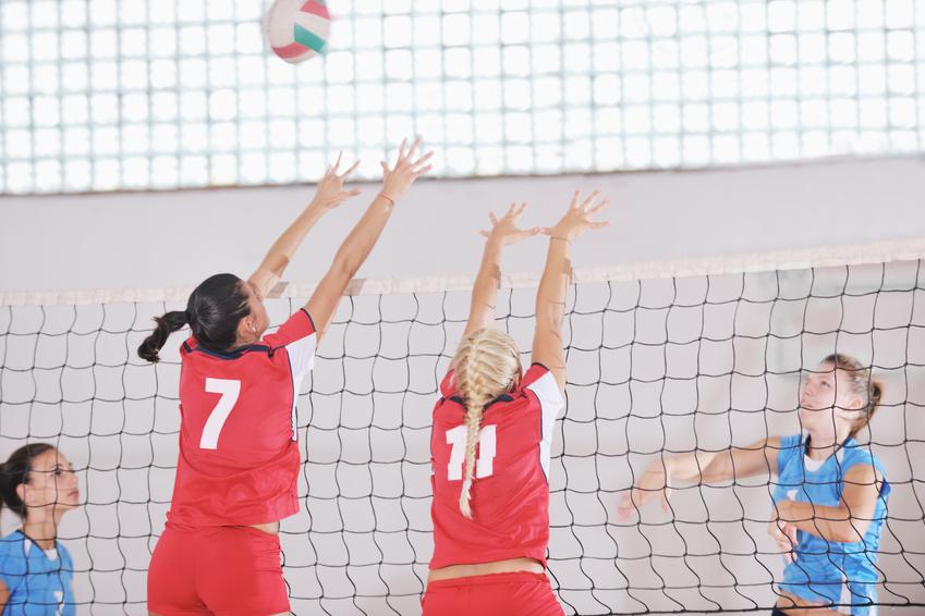 Das Bild zeigt 4 Jugendspielerinnen beim Volleyballtraining.