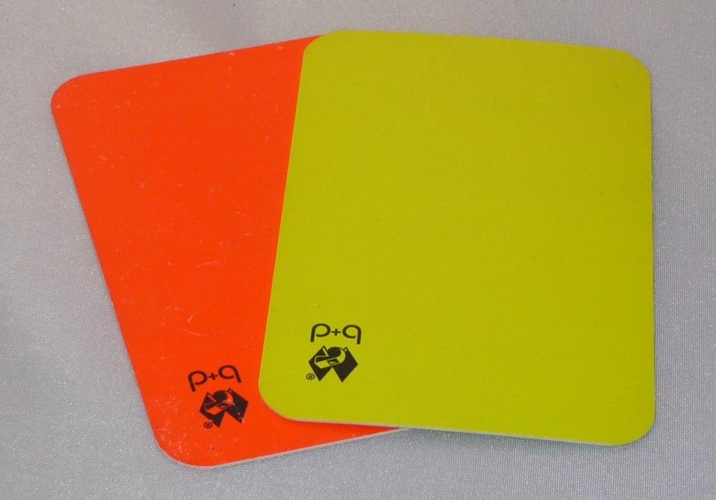 Das Bild zeigt eine gelbe und rote Karte im Volleyball von der b+d.