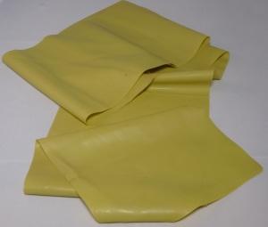 Das Bild zeigt ein gelbes Thera Band, welches sich sehr gut für Krafttraining eignet.