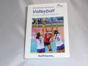 Das Bild zeigt das Volleyball Regelbuch in der 45. Auflage aus dem Jahr 2013 vom Hofmann-Verlag. Dort sind in deutscher Sprache die Internationalen Spielregeln für Volleyball niedergeschrieben.