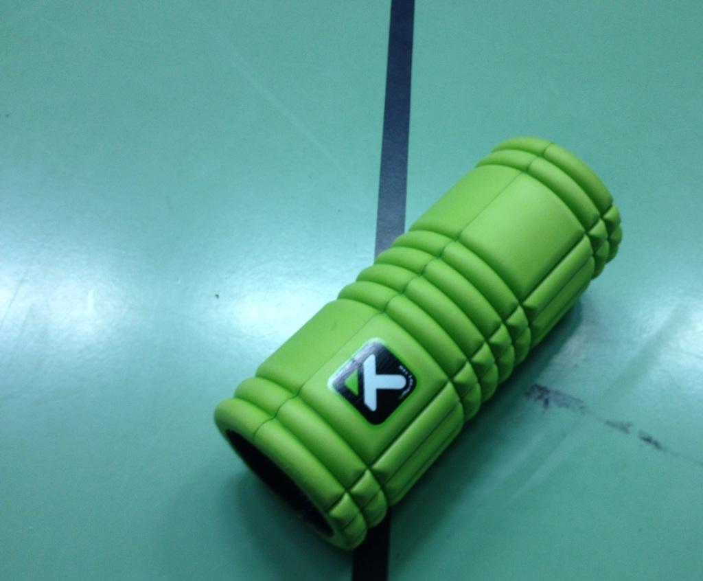 Das Bild zeigt eine grüne Triggerpoint-Performance-Massagerolle. Diese wird immer häufiger von Volleyballern zur Erwärmung und beim Cooldown nach dem Spiel verwendet.