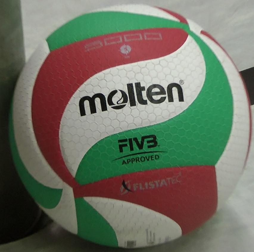 Das Bild zeigt den weiß, grün roten Molten V5M5000 Flistatec Volleyball.