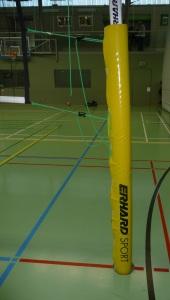 Das Bild zeigt eine Netzummantelung an der Netzanlage beim Volleyball.