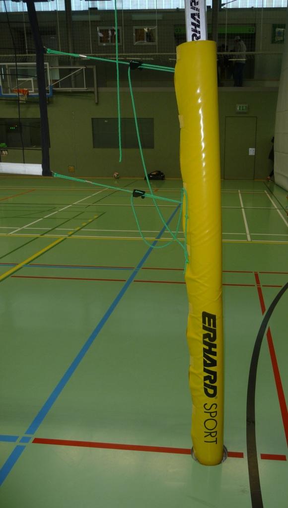 Das Bild zeigt eine klassische Netzummantelung an der Netzanlage beim Volleyball.