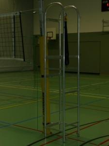 Das Bild zeigt eine Schiedsrichterstuhl aus Alu, welcher an einer Volleyball-Netzanlage befestigt ist.