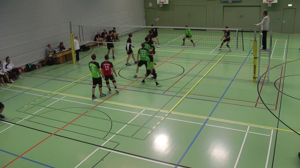 Kopftreffer mit Aufgabe beim Volleyballspiel