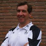 Das Bild zeigt Volleyballtrainer und Blogger Oliver Wagner in einen schwarz-weissen Poloshirt des Schleswig-Holstein Volleyball-Verband