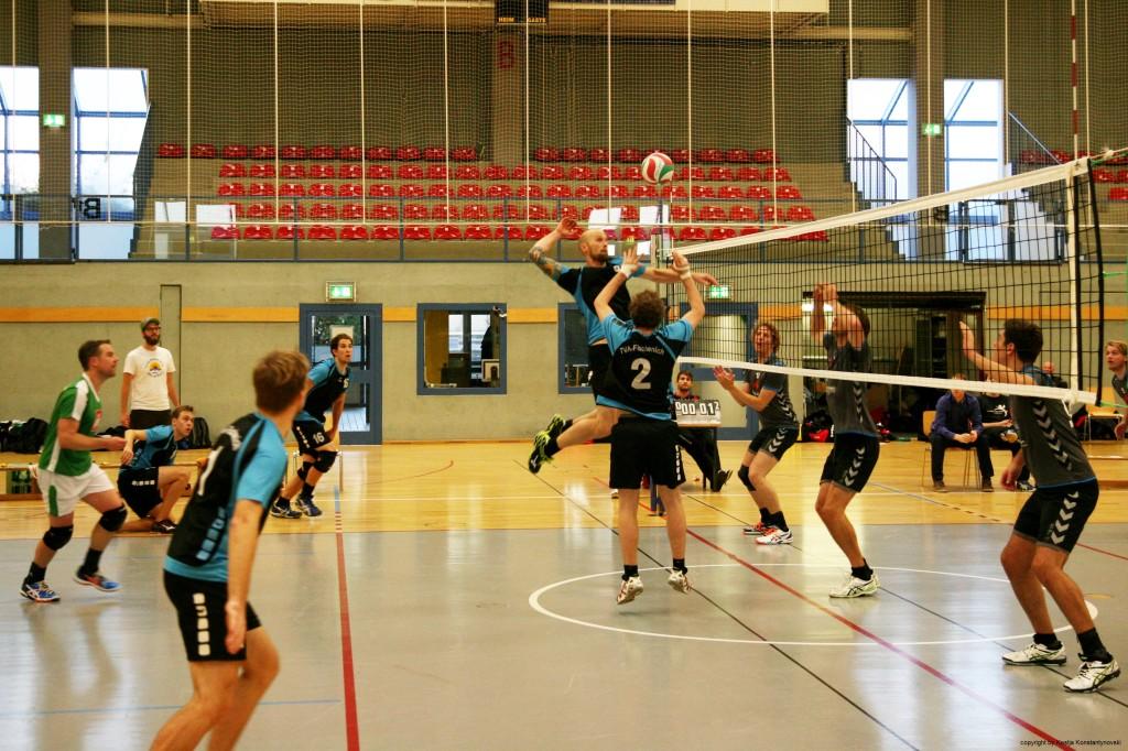 Das Bild zeigt eine Spielszene aus einem Volleyballspiel mit viel Bewegung, welches super für die Presse geeignet ist