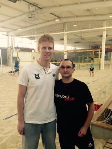 Das Bild zeigt Olympiasieger Jonas Reckermann zusammen mit dem VolleyballFREAK Steffen in der Düsseldorfer Beachhalle Mensch