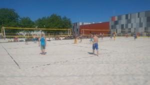 Das Bild zeigt 7 volle Beachvolleyballfelder während eines Beachvolleyballturniers.
