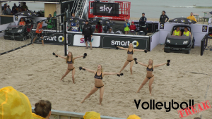 Das Bild zeigt 4 der 8 Smart-Beach-Girls auf der Smart-Beach-Tour 2015 in Binz