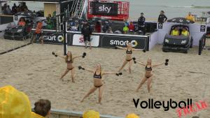 Das Bild zeigt 4 der 8 Smart-Beach-Girls auf der Smart-Beach-Tour 2015 in Binz