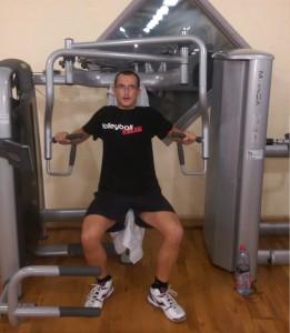Das Bild zeigt Volleyballfreak Steffen beim Sport im Fitnessstudio