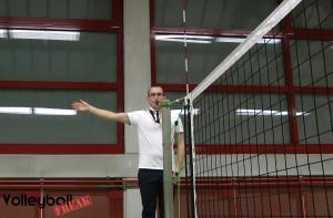 Der VolleyballFREAK als 1. Schiedsrichter beim Pfiff zum Aufschlag.