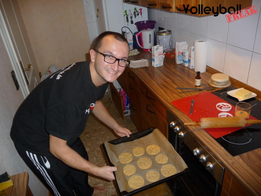 Das Bild zeigt den Volleyballfreak wie er die Volleyballkekse in den Ofen schiebt.