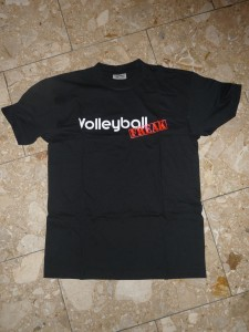 Das Bild zeigt das schwarze T-Shirt mit dem VolleyballFREAK-Logo