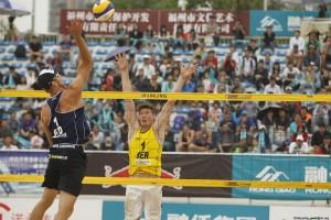 Das Foto zeigt Beachvolleyballer und Blockspezialist Markus Böckermann beim Block auf dem FIVB-Turnier in China.