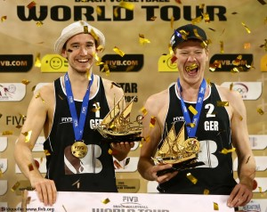 Das Foto zeigt das Beachvolleyballteam Markus Böckermann und Lars Flüggen nach dem Sieg auf der World Tour.