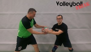 Das Bild zeigt 2 Volleyballer, die sich um einen Volleyball streiten