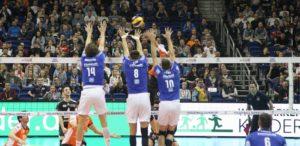 Das Foto zeigt einen 3er Block im deutschen Volleyball Supercup-Finale 2016 von VFB Friedrichshafen gegen BR Volleys