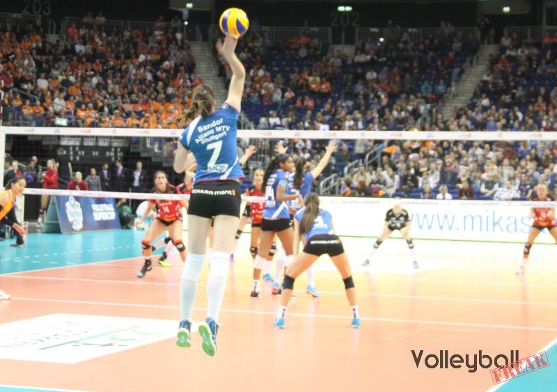 Das Foto zeigt die Stuttgarter Spielerin Sandor während eines Float-Aufschlags beim deutschen Volleyball-Supercup 2016.