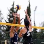 Das Foto zeigt Beachvolleyballer und Abwehrspieler Jonas Schröder beim Shot am Netz