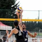 Das Foto zeigt den Beachvolleyballer und Abwehrspieler Jonas Schröder bei einer Aktion am Netz