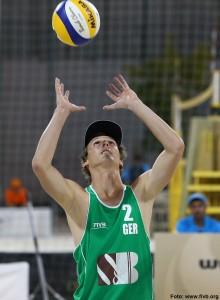Das Foto zeigt Beachvolleyballer und Abwehrspieler Jonas Schröder beim Zuspiel.