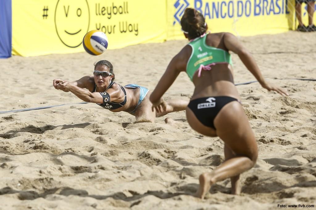 Beachvolleyballerin Chantal Laboureur bei der Abwehr auf der FIVB World Tour