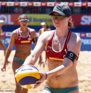 Das Foto zeigt Beachvolleyballerin / Blockspielerin Julia Sude vor dem Aufschlag bei der FIVB World Tour