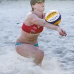 Das Foto zeigt Beachvolleyballerin Julia Sude bei der Annahme