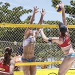 Das Foto zeigt Beachvolleyballerin Julia Sude beim Angriff