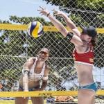 Das Beachvolleyballerin Julia Sude beim Blockversuch auf der FIVB World Tour