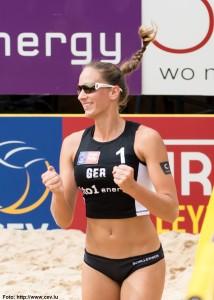 Das Foto zeigt die Beachvolleyballerin und Blockspielerin Katharina Schillerwein.