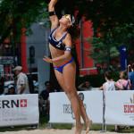 Das Beachvolleyballfoto zeigt Beacherin beim Sprungaufschlag auf der FIVB World Tour Open Luzern 2015!