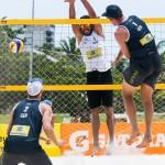 Das Foto zeigt den Angriff von Beachvolleyballer Sebastian Fuchs