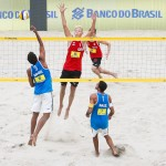 Das Foto zeigt Beachvolleyballteam Holler/Schröder auf der FIVB World Tour. Hier Tim beim Block, während Jonas den Shot versucht zu erlaufen.