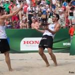 Auf dem Foto freuen sich Jonathan Erdmann und Kay Matysik über den gerade gewonnenen Punkt auf der Beachvolleyball Weltmeisterschaft 2013 in Polen 06.07.13, Lake Szelag, Stare Jablonk Foto: Conny Kurth / 2013 FIVB