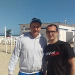 Das Foto zeigt Beachvolleyball-Europameister-Trainer Dirk Severloh mit dem BeachvolleyballFREAK Steffen am Strand des Beachcamps in Spanien.
