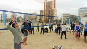 Die Beachzeit-Coaches demonstrieren die heutigen Übungen