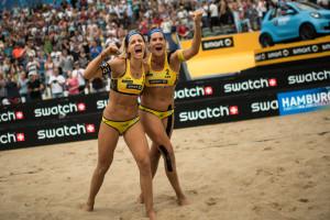 Das Foto zeigt Laura Ludwig und Kira Walkenhorst, wie sich über den gerade gewonnen Major Titel in Hmaburg freuen.