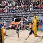 Das Foto zeigt Kay Matysik beim Angriff gegen Böckermann beim FIVB Beachvolleyball Major Hamburg 2016