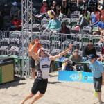 Aufschlag von Lars Flüggen auf dem FIVB Beachvolleyball Major Hamburg 2016